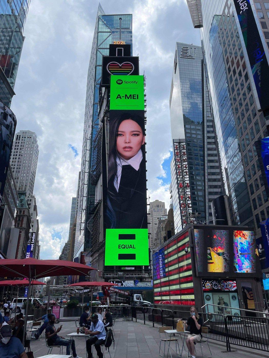 張惠妹躍上美國紐約時代廣場的巨型LED屏幕,替女性平權發聲。圖/EMI提供