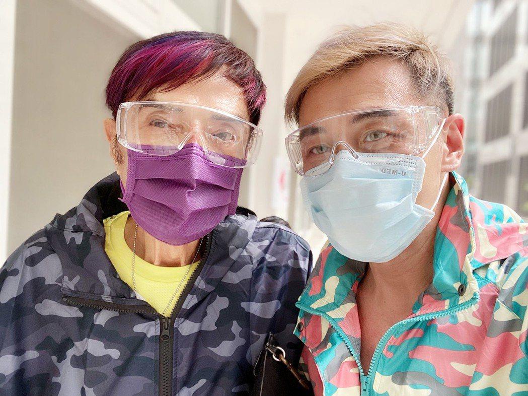 「鑽石歌王」林沖(左)今年已88歲,15日在乾兒子陪同下施打AZ疫苗。圖/經紀人...