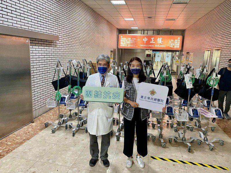 藝人賈永婕(右)募資購買三百多台「救命神器」給醫療前線。 圖/摘自賈永婕臉書