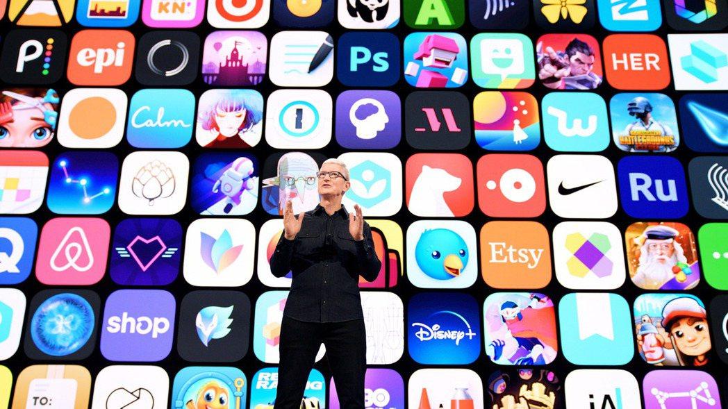 蘋果執行長庫克在今年的WWDC概略說明將發表的新功能。圖/歐新社