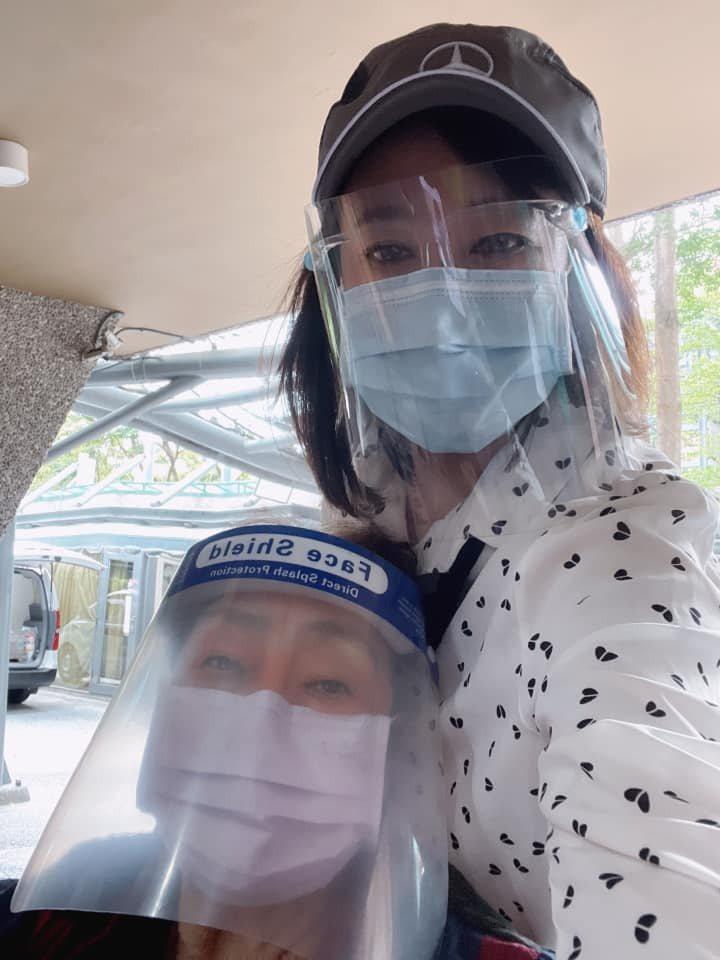 趙庭(右)陪著85歲老母打完疫苗。圖/趙庭提供