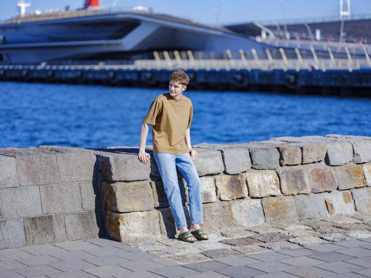 UNIQLO男裝AIRism棉質寬版圓領T恤,限定折扣價390元。圖/UNIQL...