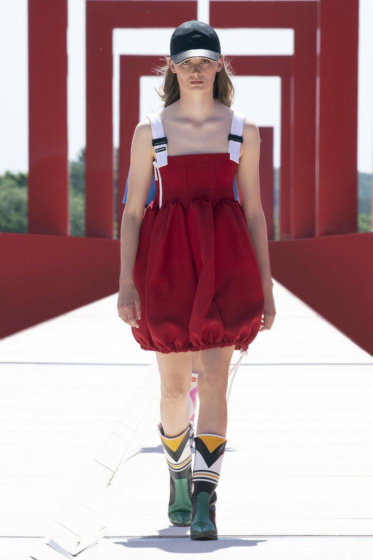超可愛的繭型輪廓洋裝,以光澤面料帶來強烈的存在感。圖/LV提供