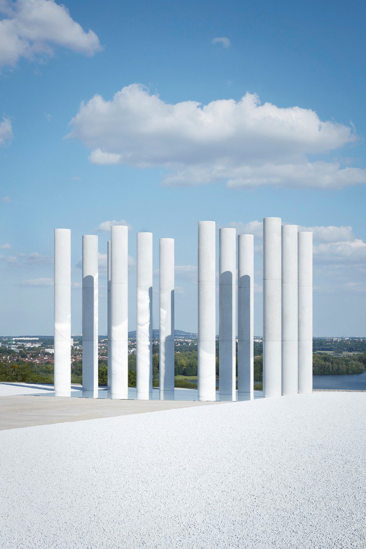 路易威登早春發表選址中軸線(Axe majeur)景點,是以色列建築師丹尼卡拉凡...