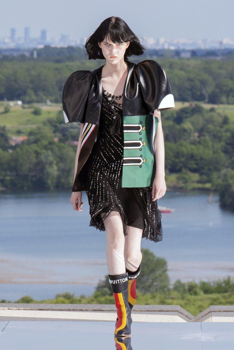 吸睛的肩線輪廓,是女裝藝術總監Nicolas Ghesquière擅長的變化。圖...