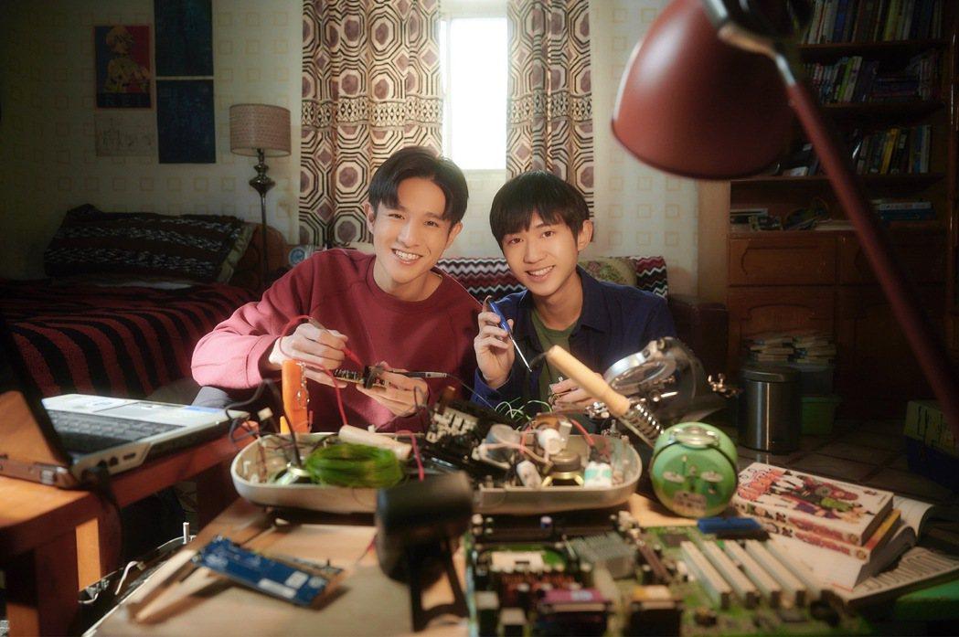 姜典(右)、黃禮豐在「愛的奧特萊斯」戲中飾演機械系大一新生、哥兒們。圖/LINE...