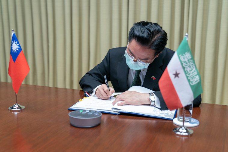 外交部長吳釗燮代表我政府異地簽署台索醫療合作協定。圖/外交部提供