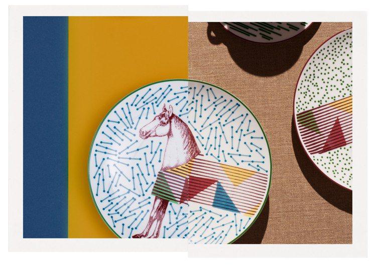 新的餐瓷系列圖樣主題源自Émile Hermès博物館館藏中的雕刻馬,搭配絲巾騎...