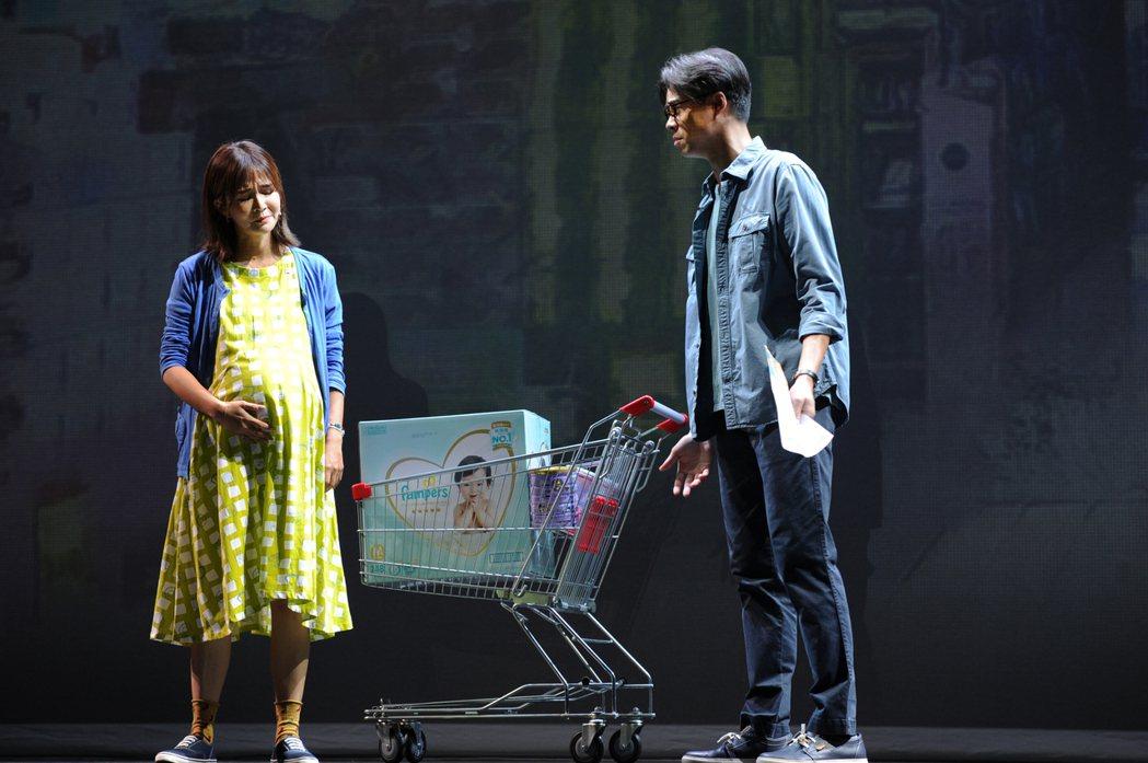 吳定謙(右)與吳怡霈在「我們與惡的距離」舞台劇中飾演夫妻。圖/POP Radio