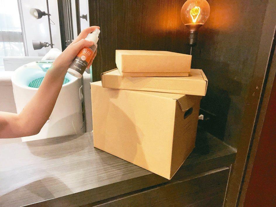 包裹進門前,先在玄關噴灑台塑抗菌液,靜置後再拆封。486團購/提供