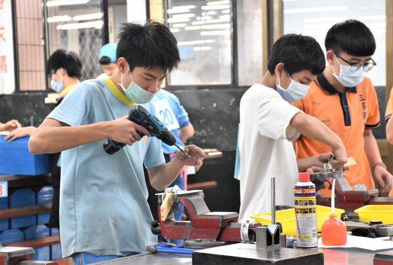 考取三重商工機械科的崇林國中學生謝博鈞(左一)如願進入機械世界深入學習。圖/新北教育局提供