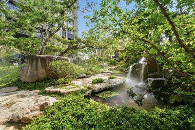 精銳建設董事長徐日新表示,鎖定低密度重劃區,推出千坪以上大基地、大花園的建案,開...