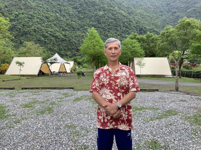 澳花國小退休校長陳安明,整頓祖先遺留地成露營區,與遊客分享老家的美。記者林佳彣/攝影