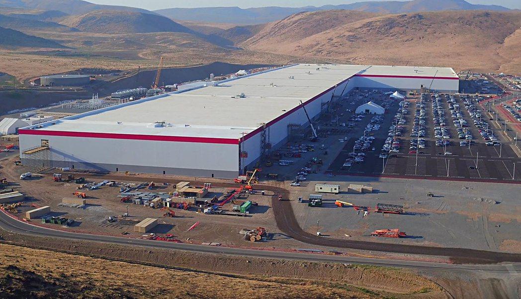 英國政府據傳正與福特、日產、三星等六家公司,洽談設立生產電動車電池的超級工廠事宜...