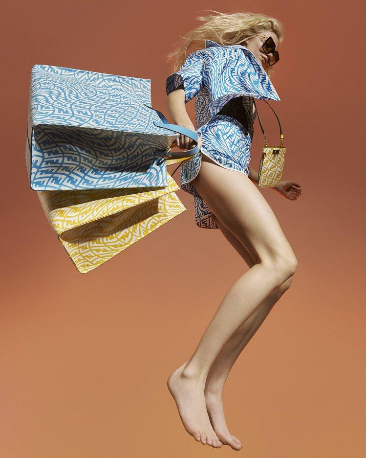 模特兒胸前掛著PEEK-A-PHONE黃色皮革手拿包32,500元,手拿藍、黃色...
