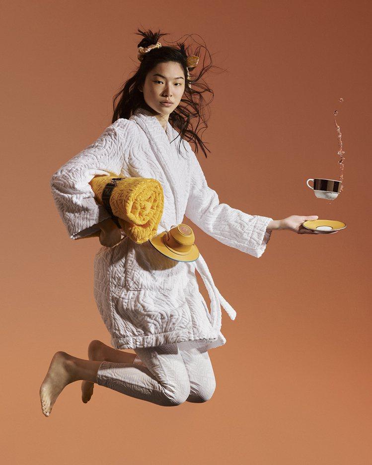 白色棉質浴袍30,500元、黃色棉質沙灘巾11,500元。圖/FENDI提供