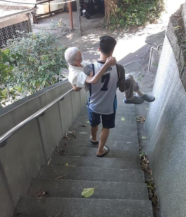 基隆劉姓男子「公主抱」九十三歲祖父到三百公尺外的接種站打疫苗。圖/取自劉姓男子臉書