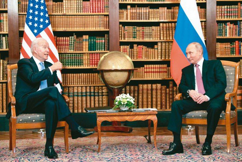 美國總統拜登(左)與俄羅斯總統普亭(右)十六日在瑞士日內瓦舉行峰會。(路透)
