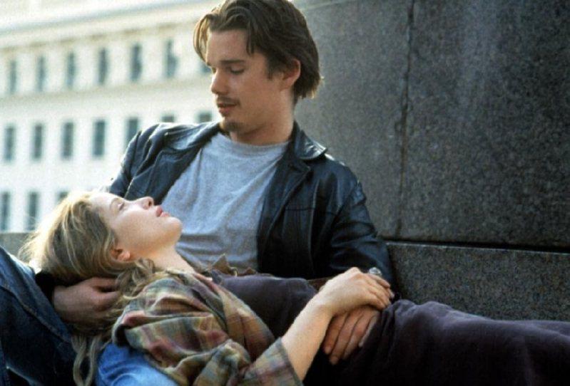 愛在系列三部曲背後,有導演理查林克萊特真實的愛情故事,在電影裡,他給了自己年輕的愛情,另一種可期可待的結局。圖為《愛在黎明破曉時》電影劇照。圖片來源:IMDB