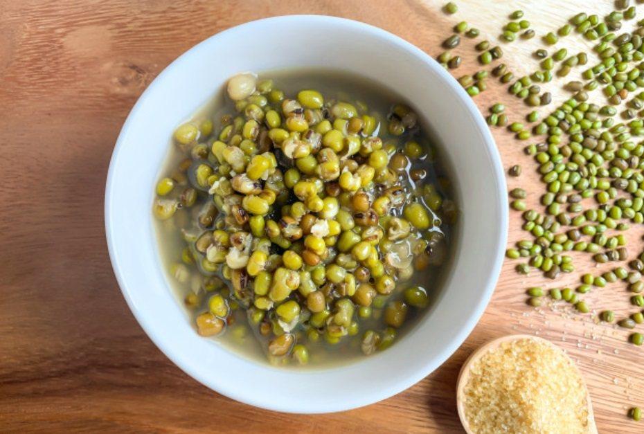 夏天流汗多,要消暑解熱,尤其要多喝水補充水分,可吃綠豆湯、薏仁水、瓜類等清熱食物...