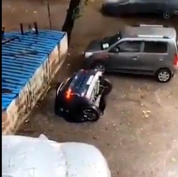 印度一位男子才剛在停車場停好車,愛車卻一頭栽進地面之下。圖擷取自COURRiER