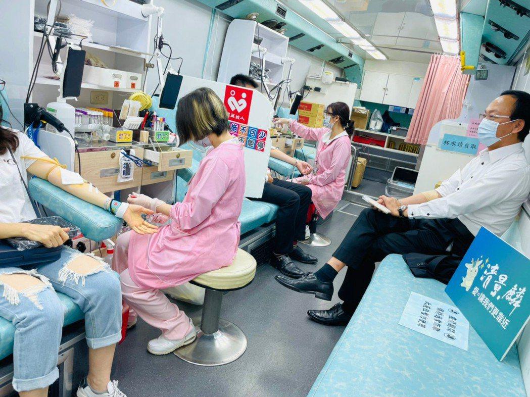 清景麟建築團隊今天上午號召集團員工捐血,約58名員工到台南巴克禮接待中心熱血捐輸...