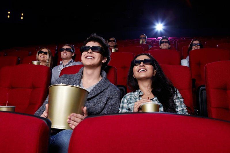 一名網友在微解封後去看電影,卻發現影廳裡很多情侶不按照梅花座的規定去坐。 圖/Ingimage