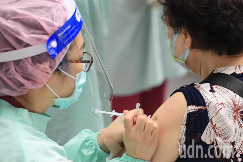 台北市開放85歲以上長者接種新冠疫苗第三天,新光醫院在科教館進行接種服務,上午民眾陸續到場接受施打疫苗。記者林伯東/攝影