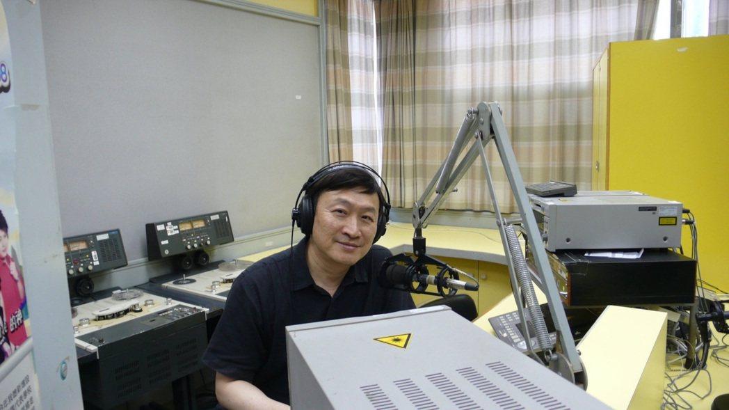 朱全斌在太太韓良露鼓勵與引薦下,如今已主持廣播節目十餘年。圖/朱全斌 提供