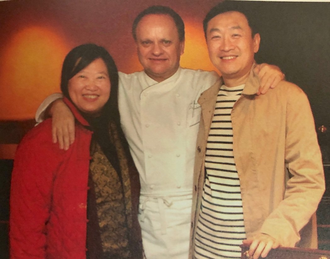 朱全斌(右)與韓良露(左)性格好客,時常與朋友相約用餐。圖/朱全斌 提供