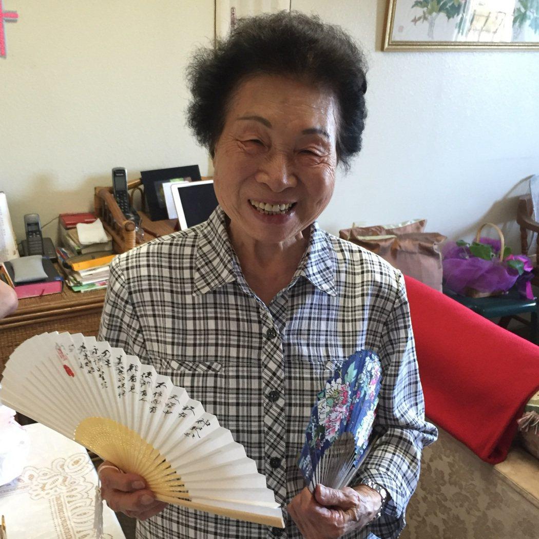 朱全斌的媽媽即便已高齡九十多歲,仍保有吸收新事物的好奇心。圖/朱全斌 提供