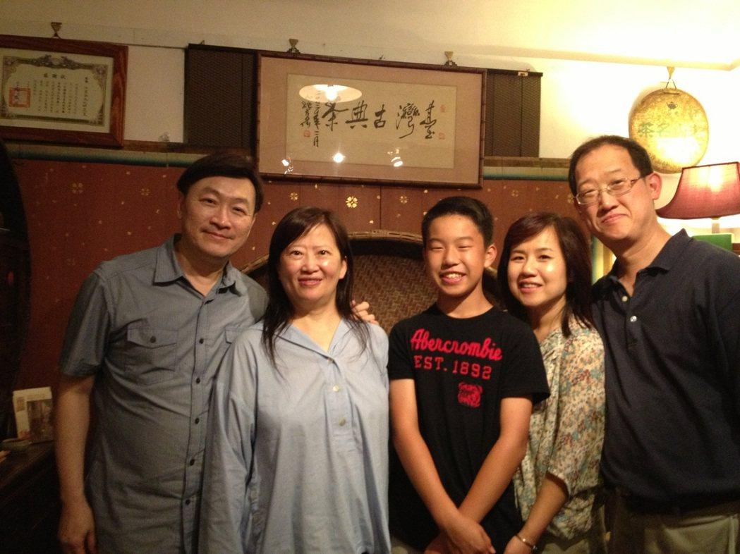 朱全斌(左)與韓良露(左二)人緣極佳,好友來自四面八方。圖/朱全斌 提供