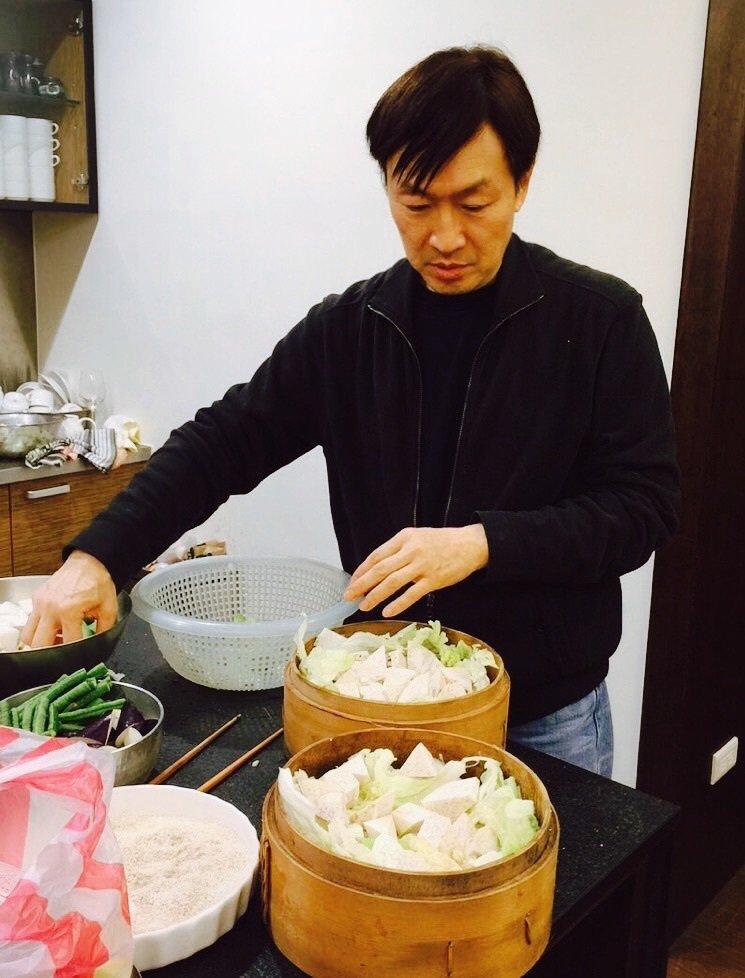 朱全斌時常復刻外婆的家宴手路菜「粉蒸豆腐」。圖/朱全斌 提供