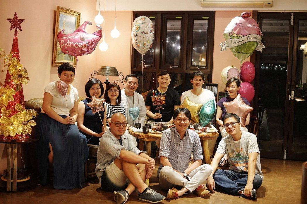 每逢生日,朱全斌(後排右三)的好友與學生都會爭相為他慶生,讓他笑說「生日」已變「...