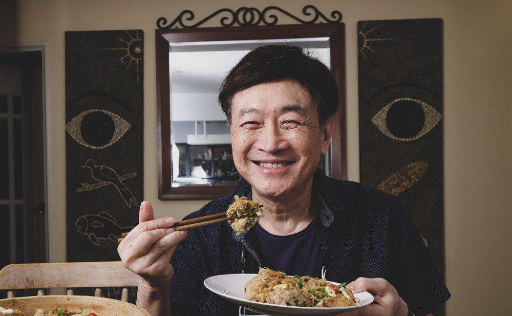 朱全斌至今仍會親手做費工的「粉蒸豆腐」招待客人。記者李政龍/攝影