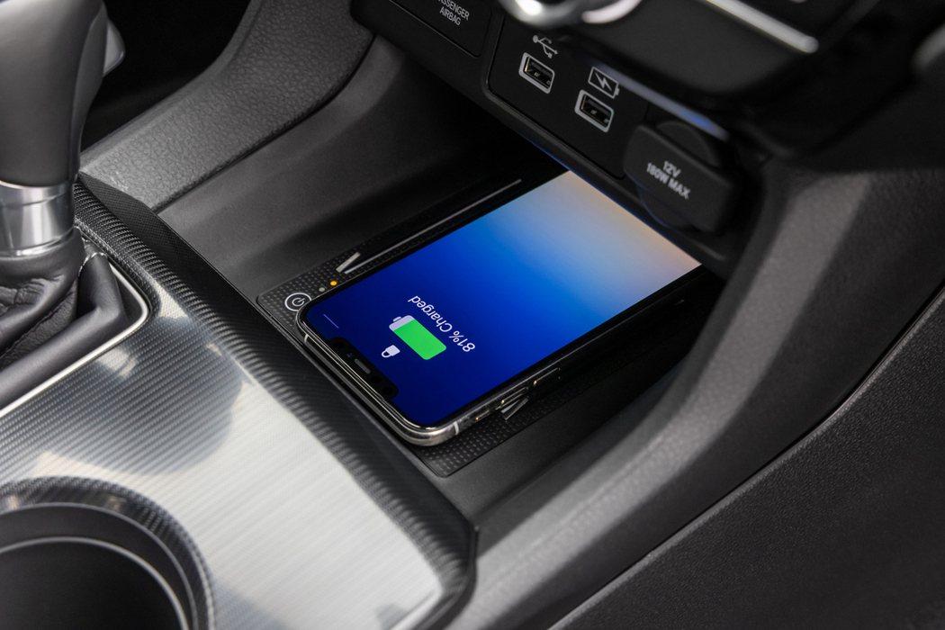 頂級Touring車型配備無線充電板。 摘自Honda