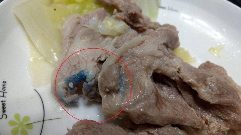 原PO在家自己準備料理,意外發現豬肉烹煮後竟呈現藍色,PO網問網友卻也都沒人知道是怎麼一回事。圖擷自PTT