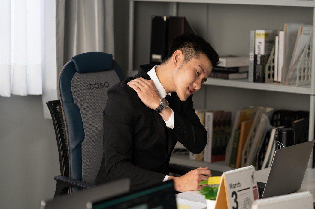 與專業物理治療師合作,針對久坐與久站族群開發出專門的智慧按摩椅墊。 圖/業者提供