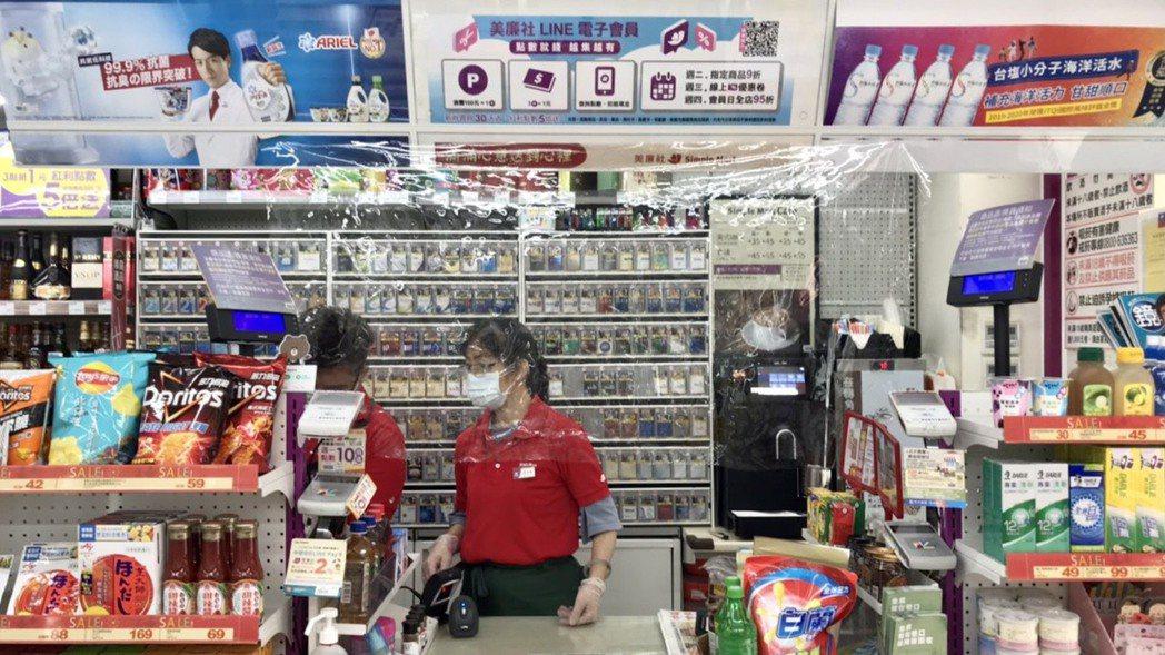 全台美廉社門市人員均配有護目鏡,更新增塑膠防護簾加強防護。 圖/美廉社提供
