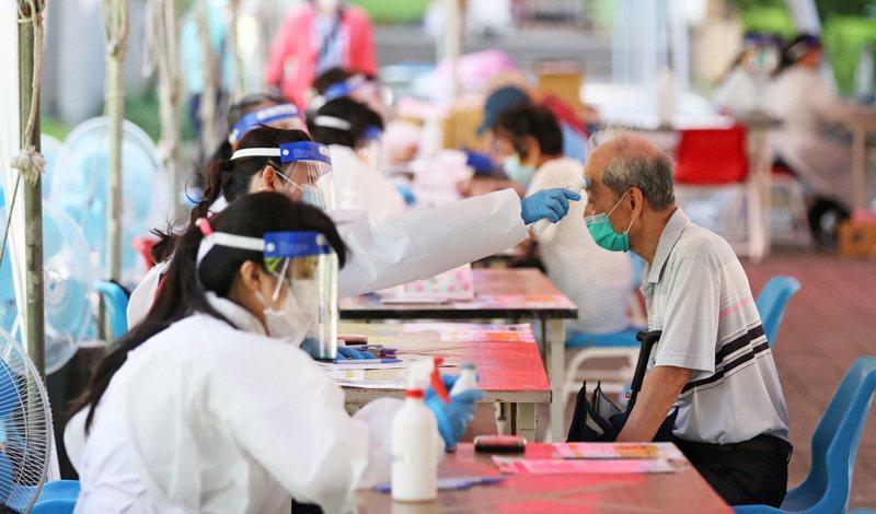 新北市板橋高中疫苗接種站,一早就有許多長者提早到現場量體溫、填資料,準備接種新冠肺炎疫苗。記者潘俊宏/攝影