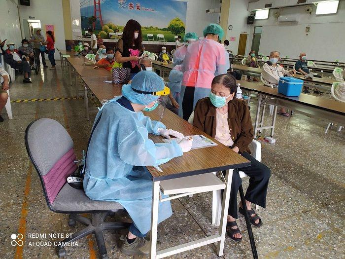 高市府根據第一天疫苗施打動線及人力安排,連夜開會滾動式修正,迅速調整動線並加設座...