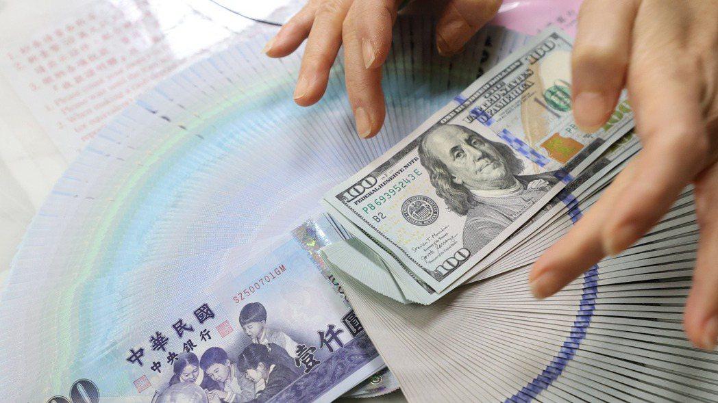 近期新台幣兑美元匯率升到27字頭,又來到買美元產品的好時機。 記者潘俊宏/攝影