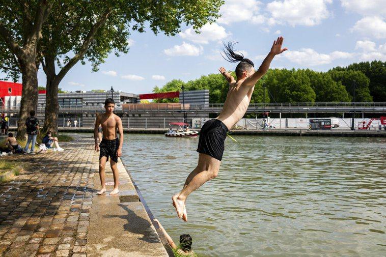 法國16日表示,除了例外情況,17日起解除戶外強制佩戴口罩的規定,並將提早10天...