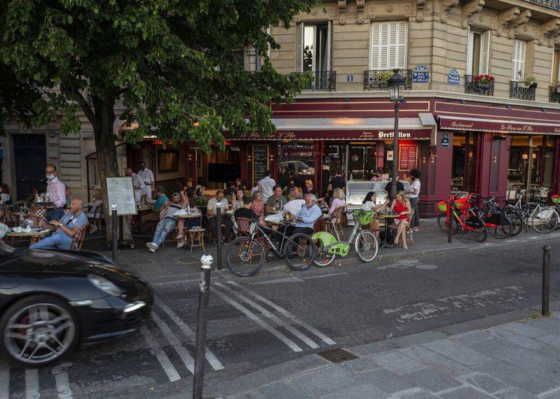 圖為巴黎市區知名冰淇淋店前情景。美聯社