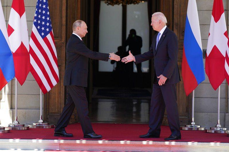 美國總統拜登與俄羅斯總統普亭的領袖峰會,兩人談了4小時後雖展現外交禮儀式的尊重,彼此也願改善關係,但實際內容看不出亮點足以扭轉目前處於冰點的美俄關係。美聯社