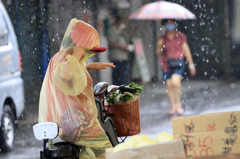 這幾天仍受到西南風影響,中南部及南部地區都會有降雨,21日起鋒面接近台灣,屆時西半部都將有明顯雨勢。記者林伯東/攝影