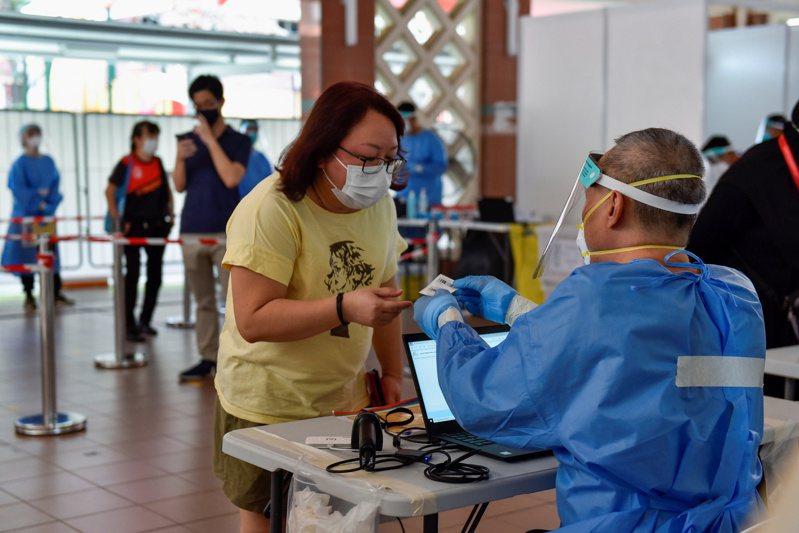 新加坡今天新增20起社區案例,是2週以來的新高;官員指出,有地方可能已出現非常大的感染群,當局正評估下階段放寬措施時機。原定下週起開放餐廳內用等措施恐因此生變。 路透社
