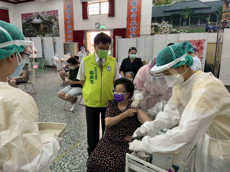 台中市87歲的陳照(中)因為從小怕打針,從未接種過流感疫苗,日前她看到總統蔡英文喊話深受感動,17日完成疫苗接種。(台中市議員楊典忠提供)中央社