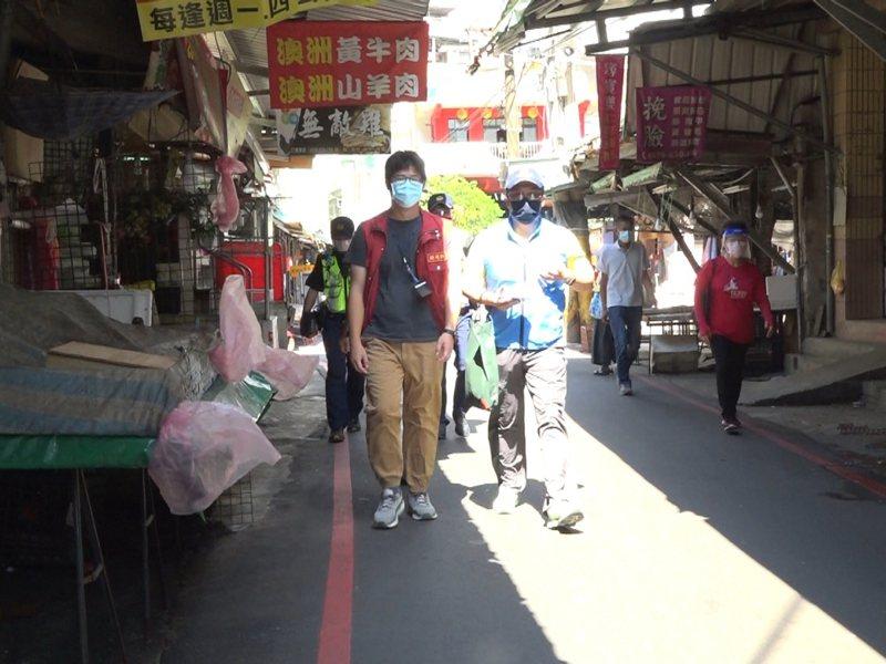 汐止的中正市場外攤被休市三天,區公所也協同警方稽察,有沒有違規擺攤。 圖/觀天下有線電視提供