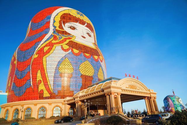 位於大陸內蒙古滿州里、栩栩如生的巨型俄羅斯娃娃建築飯店。圖/取自搜狐